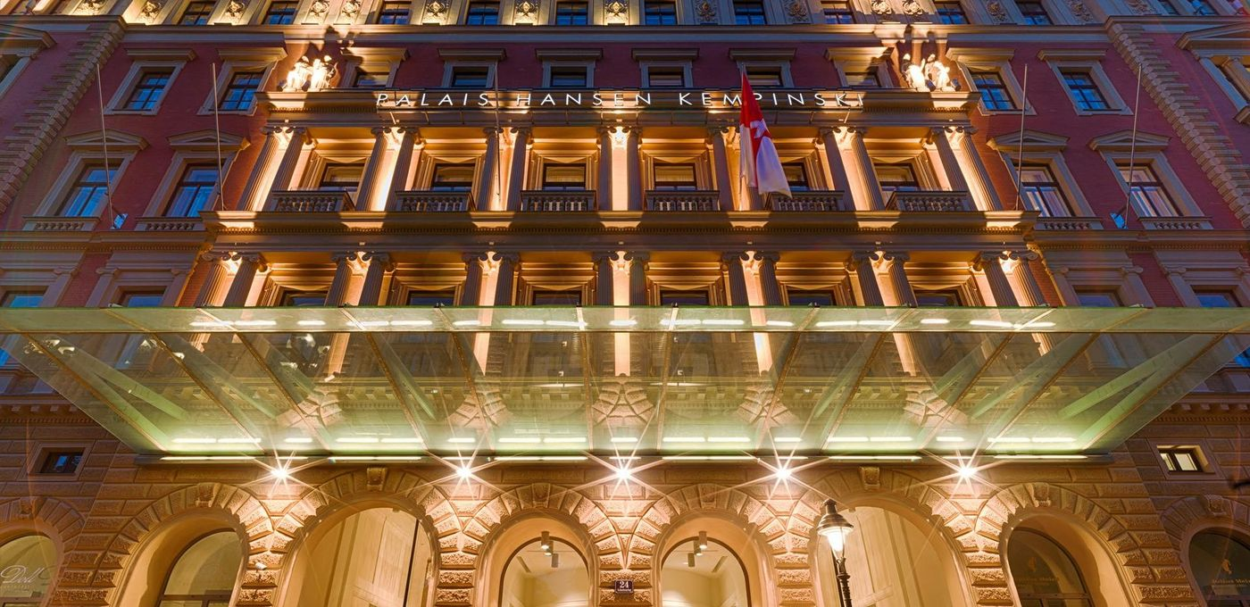 Photo: Palais Hansen: Worm's eye view of the luxury hotels' brightly-lit entrance portal