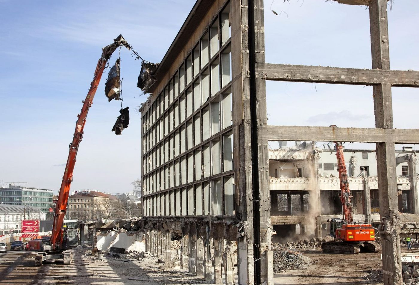 Photo: Demolition of Suedbahnhof Station, Vienna: Cranes successively removing the building's skeleton