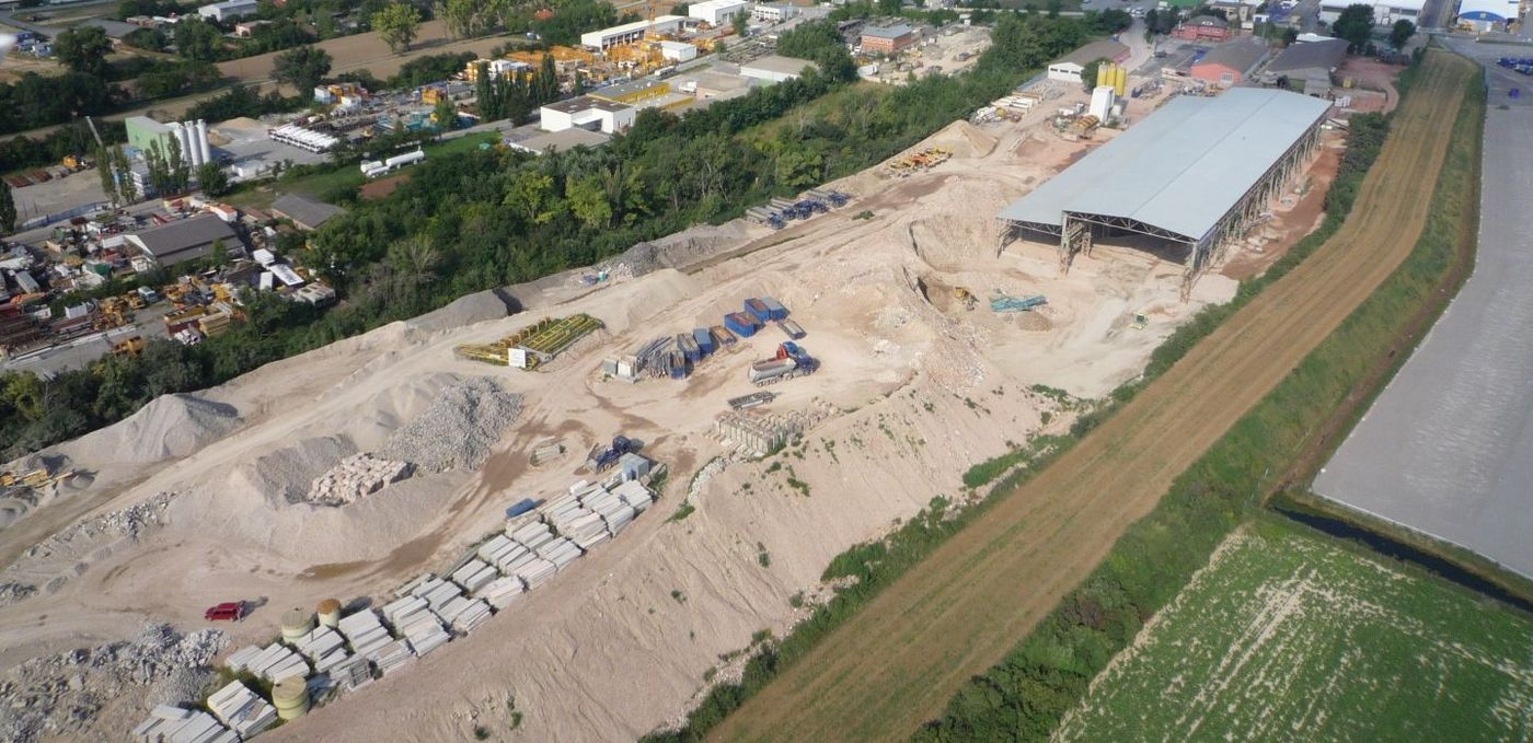 Photo: Recycling plant Himberg: Aerial shot of the vast construction facilities with halls and storage areas for residual construction waste sorted by grades