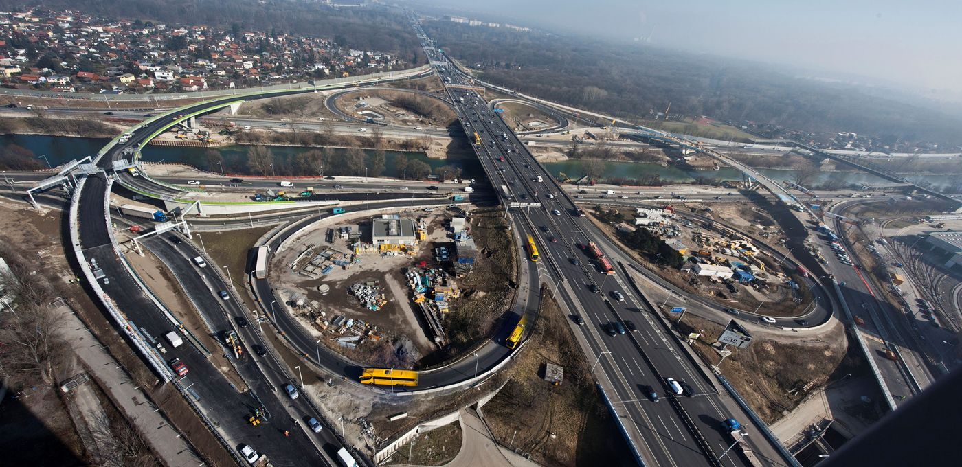Photo: Prater junction: Aerial shot of the Prater motorway junction with the Danube Canal and heavy car and construction site traffic