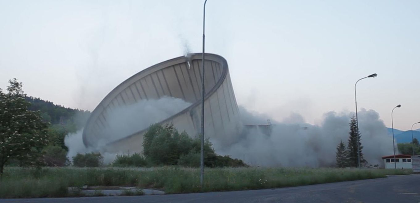 Photo: Demolition of the power station Voitsberg: The cooling tower collapses after being torn down.